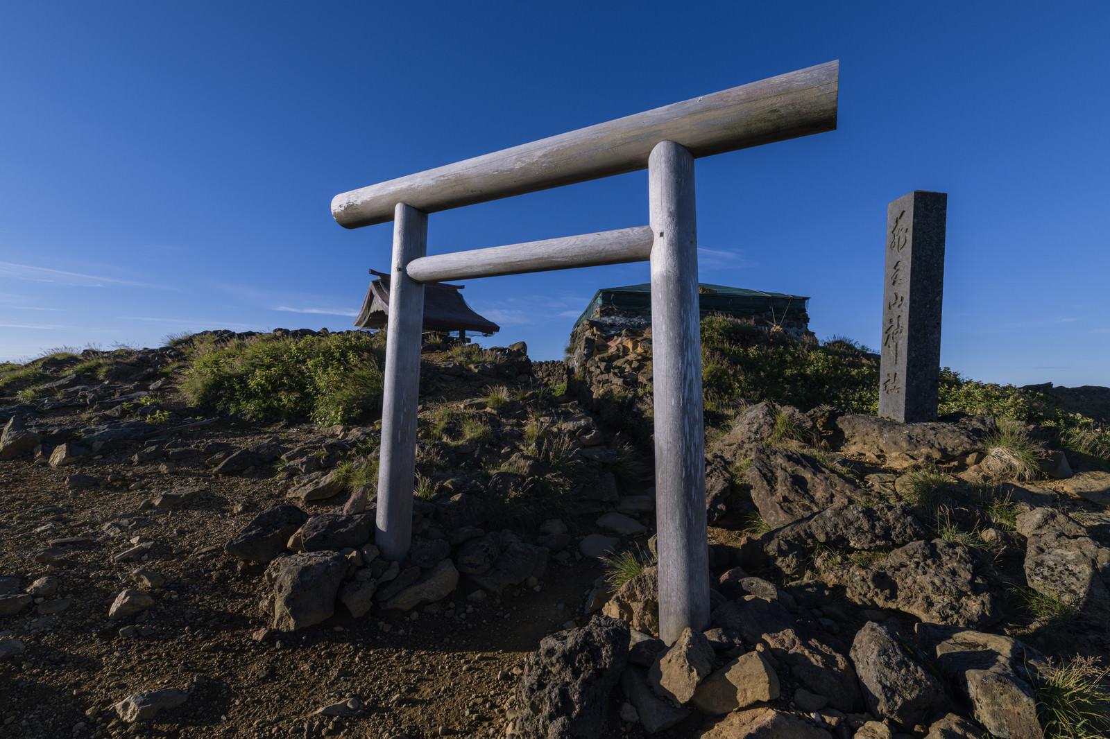 「蔵王山の山頂にある鳥居」の写真