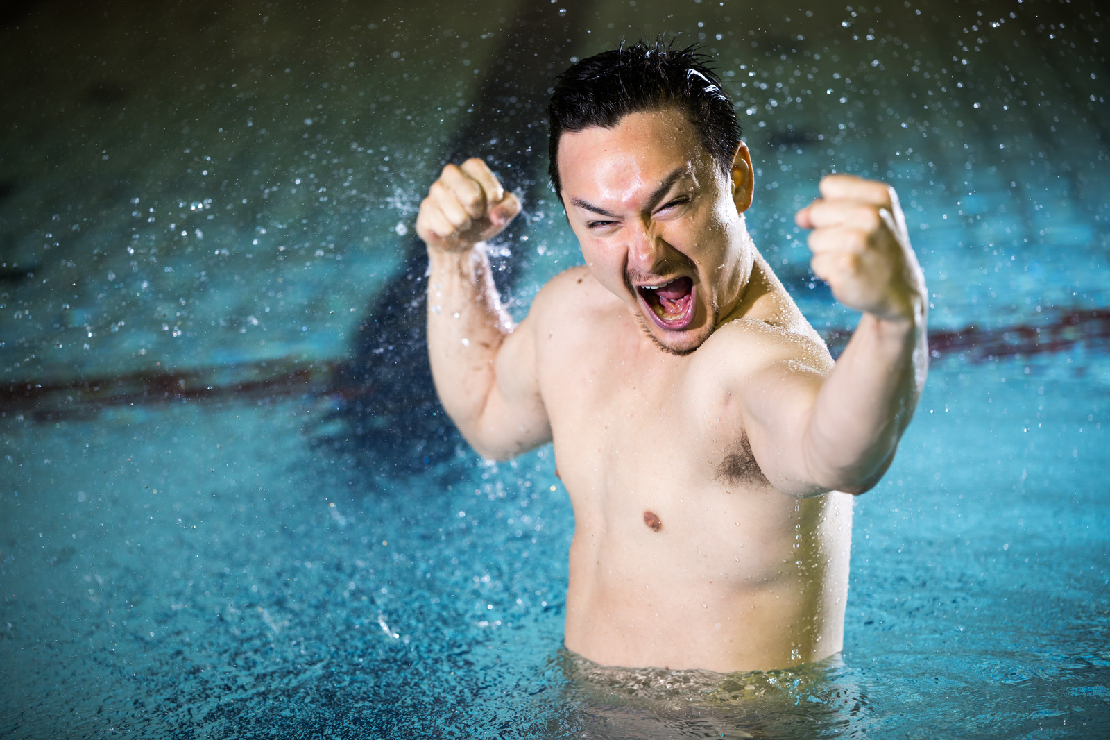 「プールの中から叫ぶドイツ人ハーフプールの中から叫ぶドイツ人ハーフ」のフリー写真素材を拡大