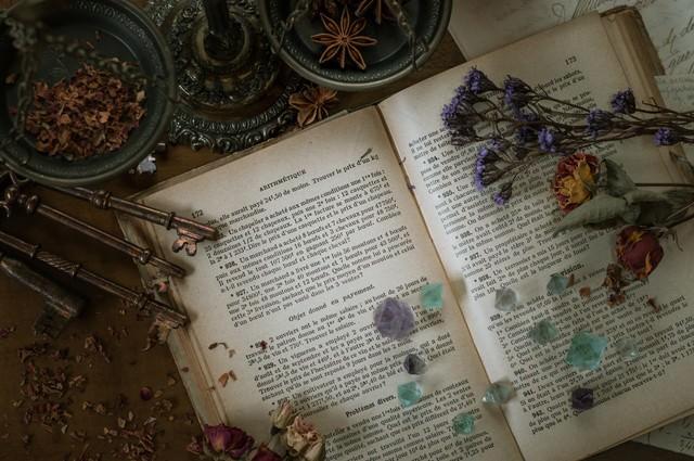 魔女の机(洋書とドライフラワー)の写真