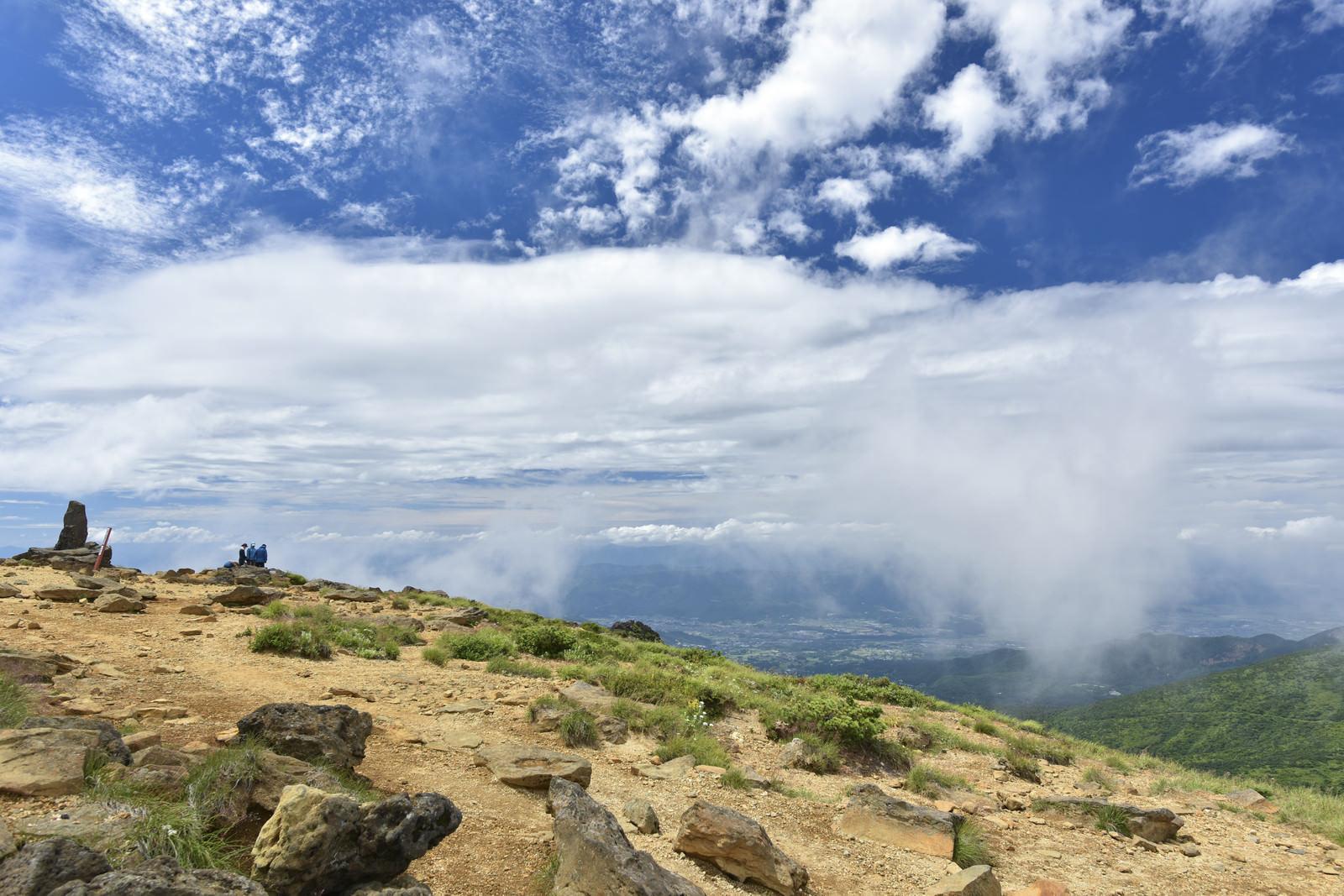 「蔵王山頂で休憩する人々と雲」の写真