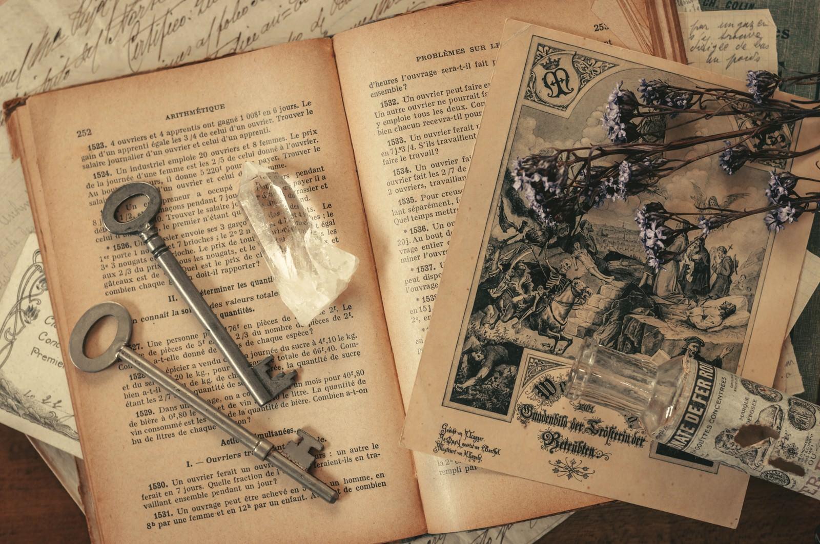 「古い鍵と洋書古い鍵と洋書」のフリー写真素材を拡大