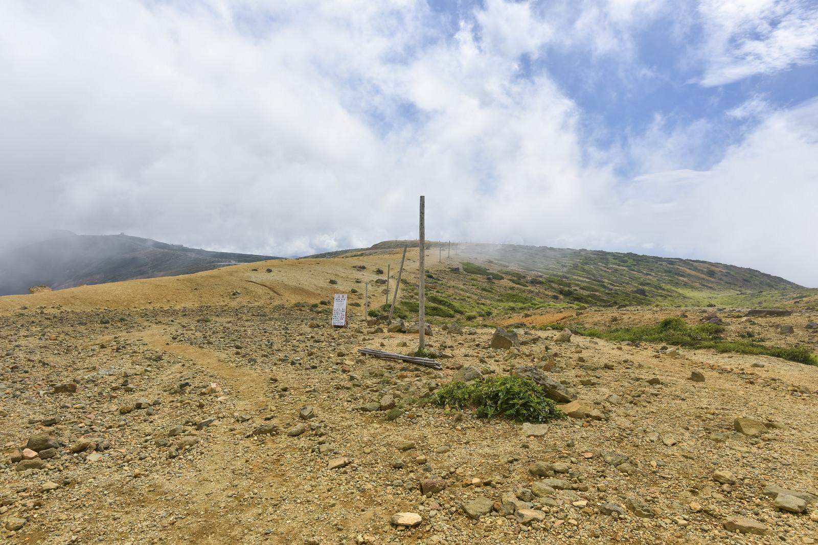 「迷わないように等間隔でポールが立てられた蔵王稜線(蔵王山)」の写真