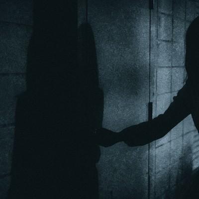 「扉をあける人影」の写真素材