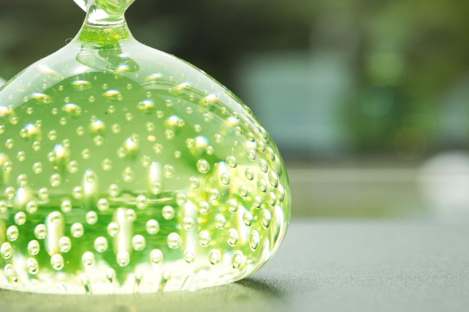 「美しい緑色のガラスのオブジェ」の写真