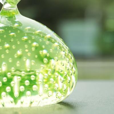 「美しい緑色のガラスのオブジェ」の写真素材