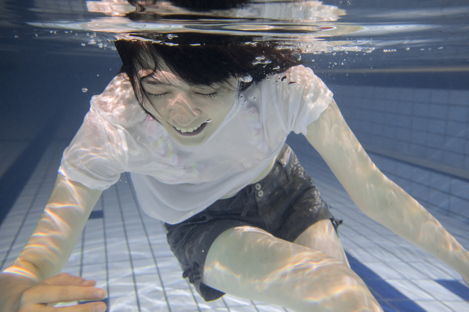 「私、泳げないんです女子」の写真[モデル:たけべともこ]