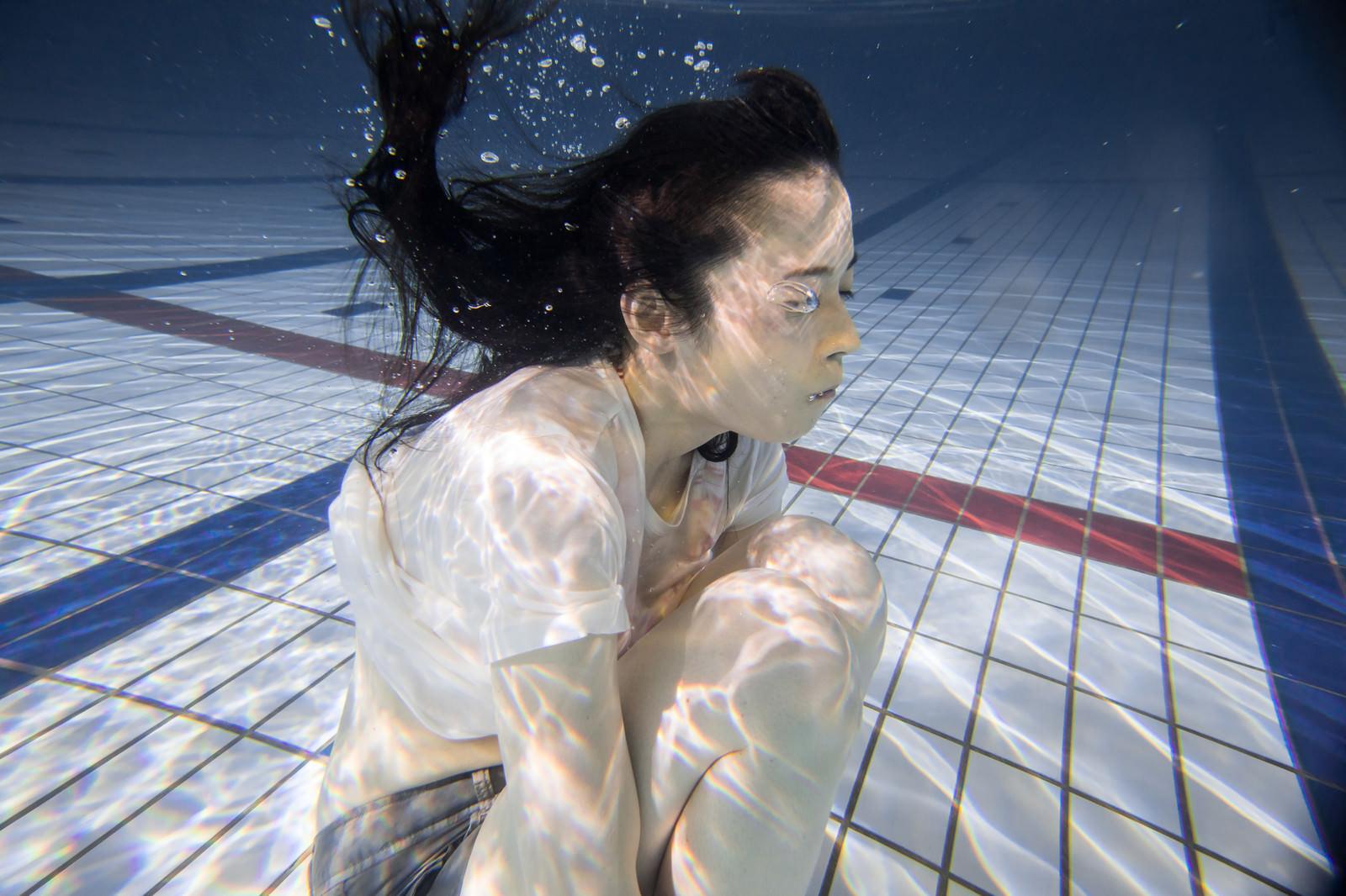 「嫌なことから逃れたいとプールに飛び込んだ失恋女子」の写真[モデル:たけべともこ]