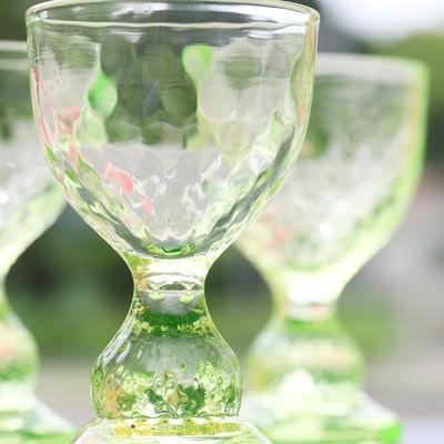 紫外線を浴びて蛍光緑が美しいグラスの写真
