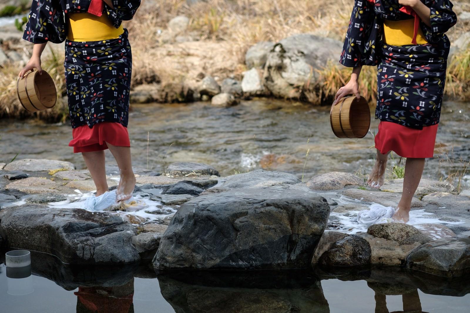 「音楽に合わせリズミカルに踊るように踏む(鏡野町の足踏み洗濯)」の写真