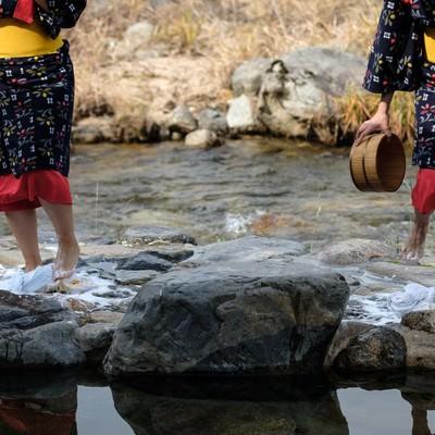 「音楽に合わせリズミカルに踊るように踏む(鏡野町の足踏み洗濯)」の写真素材