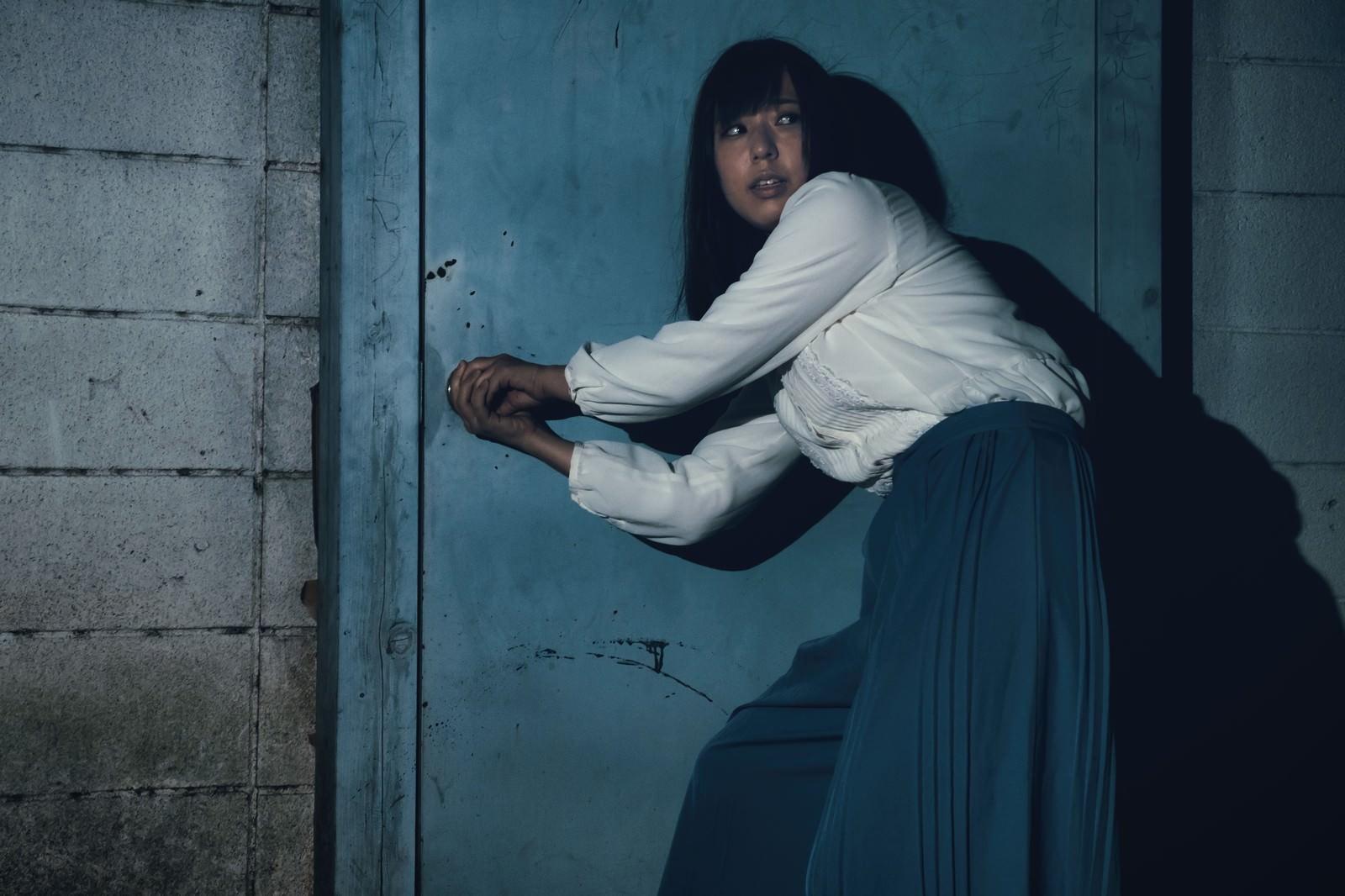 「パニック! ドアの鍵が開かない(死亡フラグ) | 写真の無料素材・フリー素材 - ぱくたそ」の写真[モデル:さとうゆい]