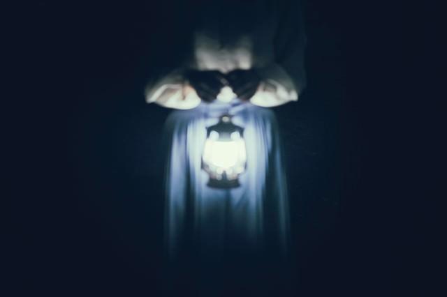 暗闇とランタンの明かりの写真
