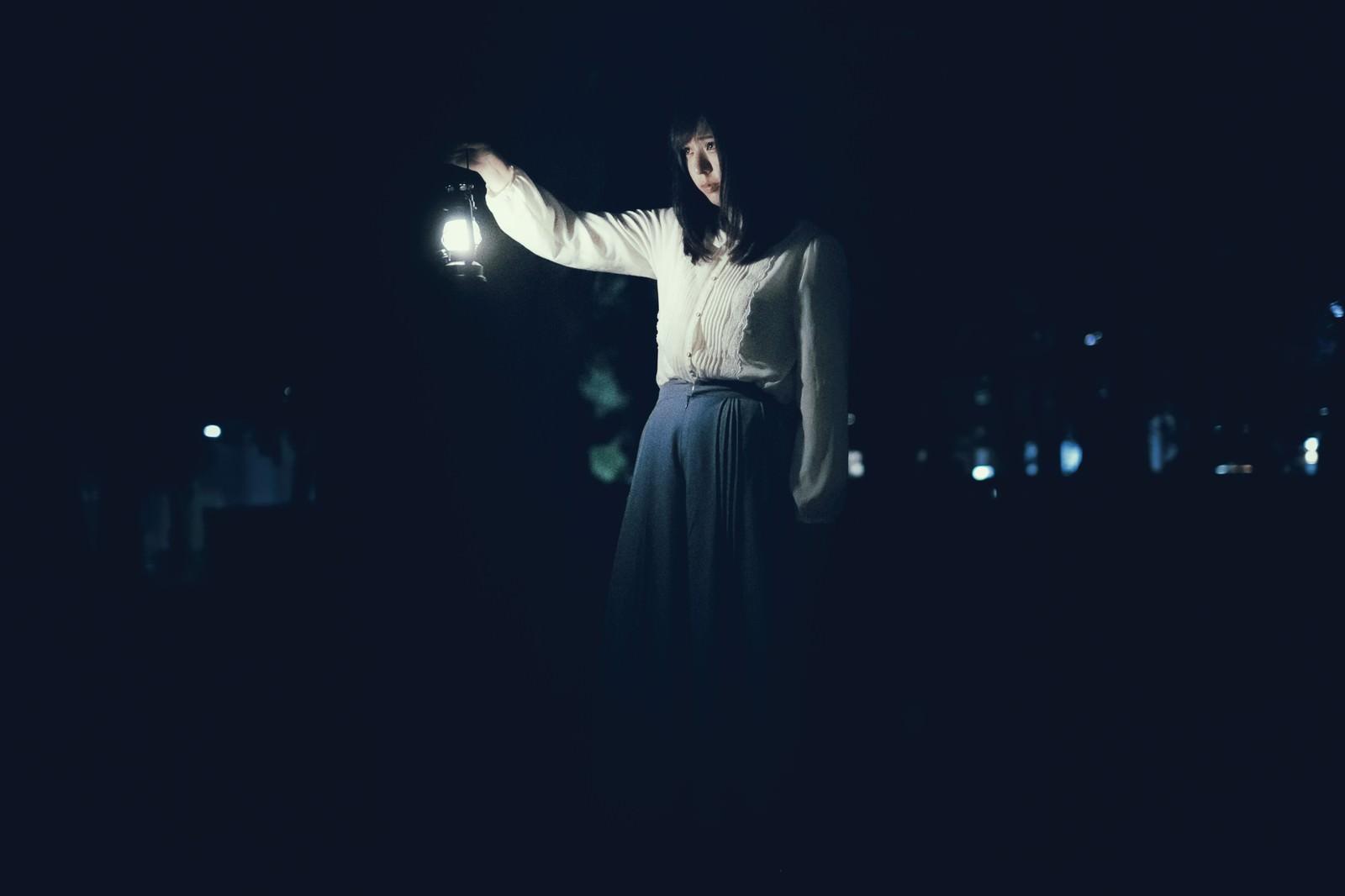 「ランタンを持ち歩く女性」の写真[モデル:さとうゆい]