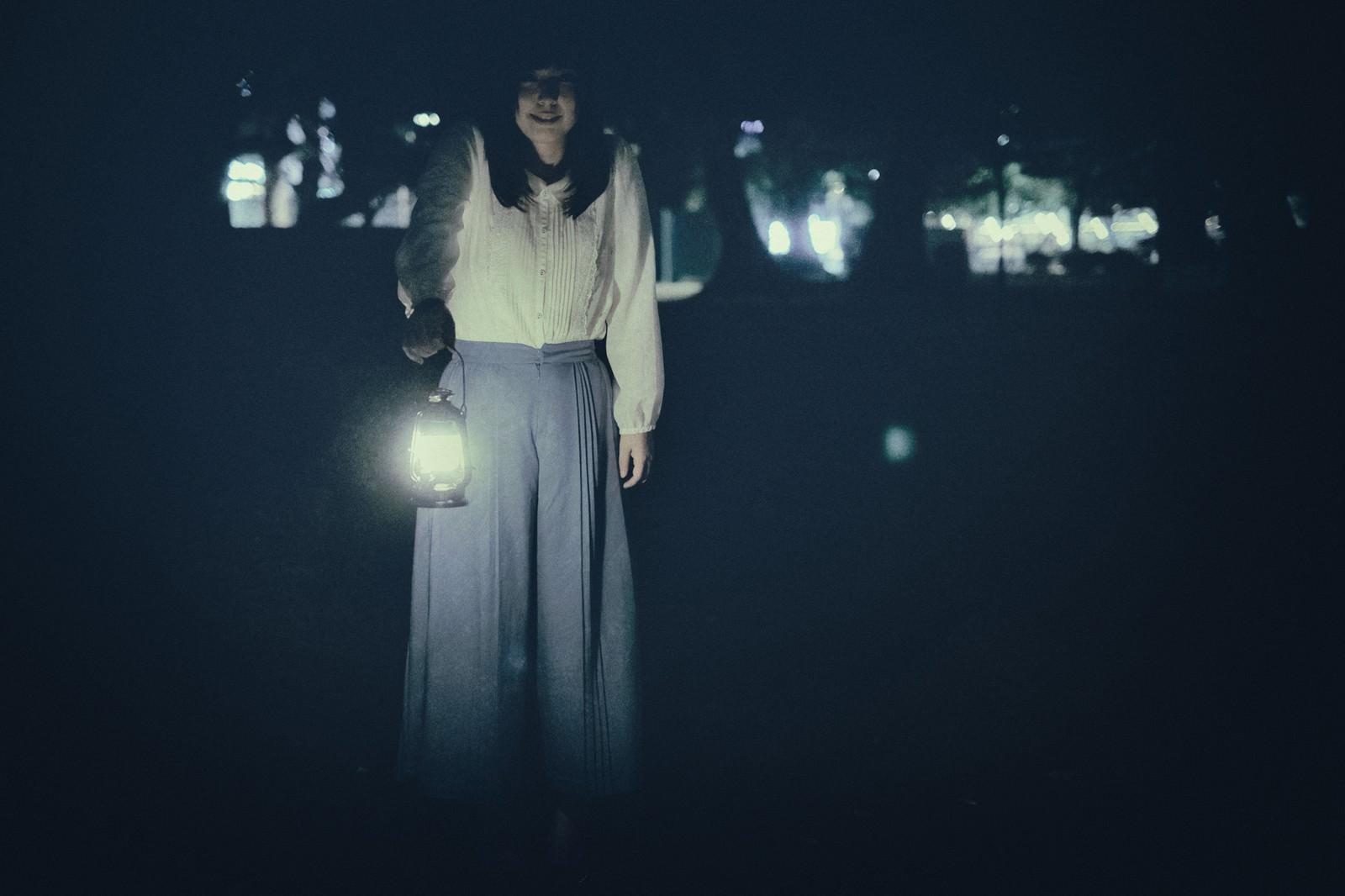 「ランタンを手にした謎の女」の写真[モデル:さとうゆい]