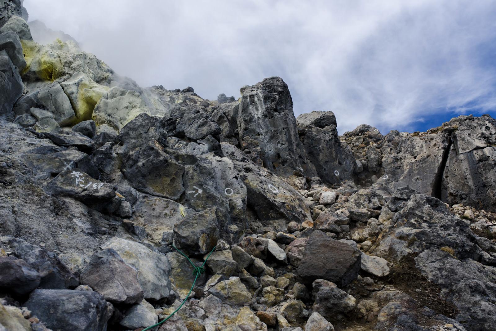 「岩が積み重なる焼岳の登山道」の写真