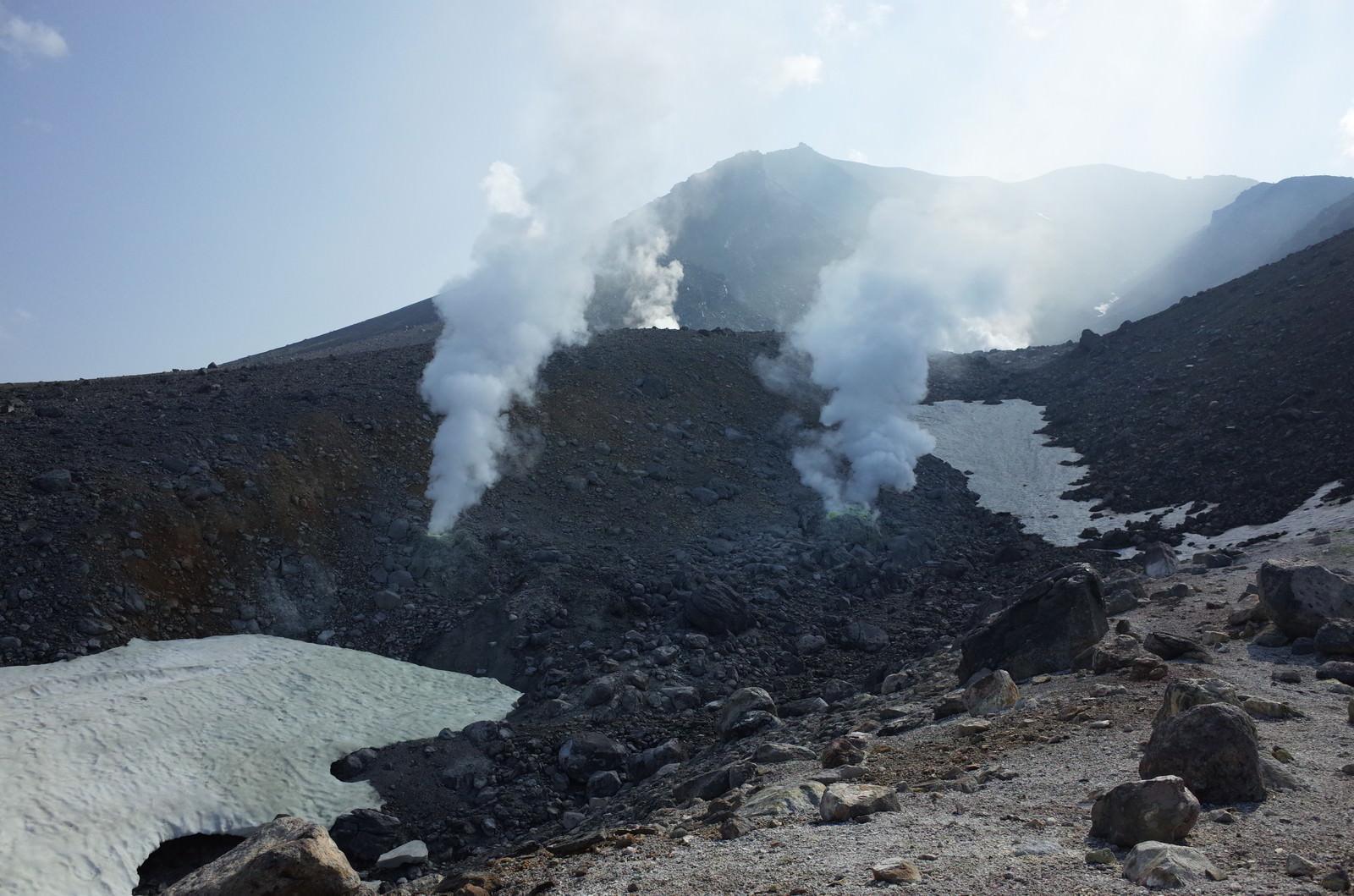 「噴煙を巻き上げる旭岳(あさひだけ)」の写真