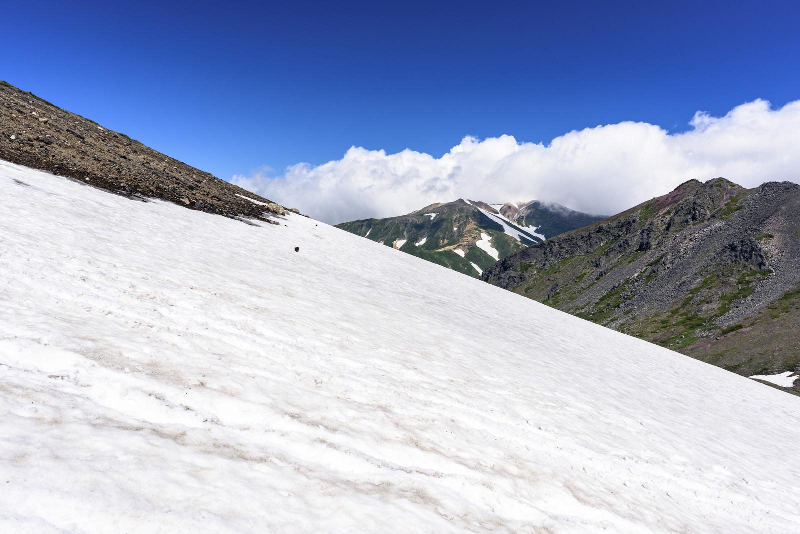 「夏でも雪渓が残る旭岳(あさひだけ)」の写真