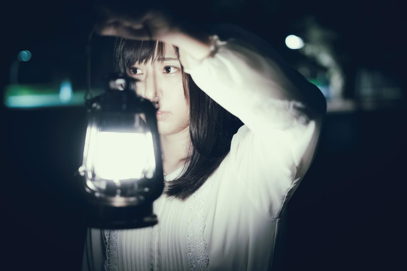 「夜廻りするランタン女子」の写真[モデル:さとうゆい]