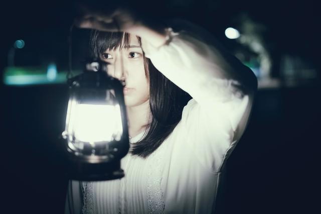 夜廻りするランタン女子の写真