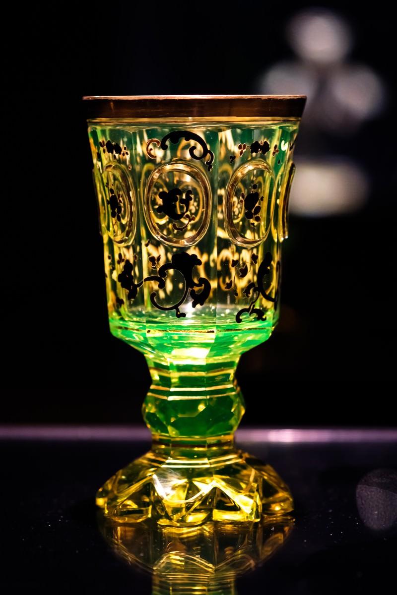 「黄緑色に光り輝くウランガラスのゴブレット」の写真