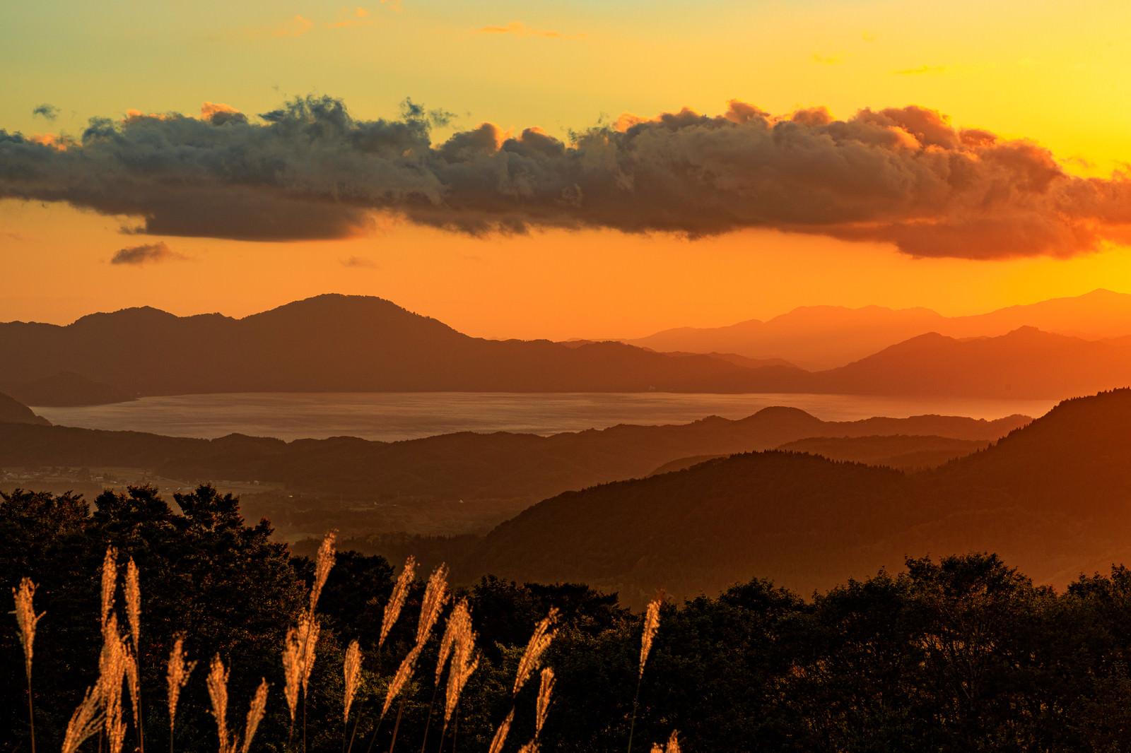「夕暮れに染まる田沢湖(秋田県仙北市)」の写真