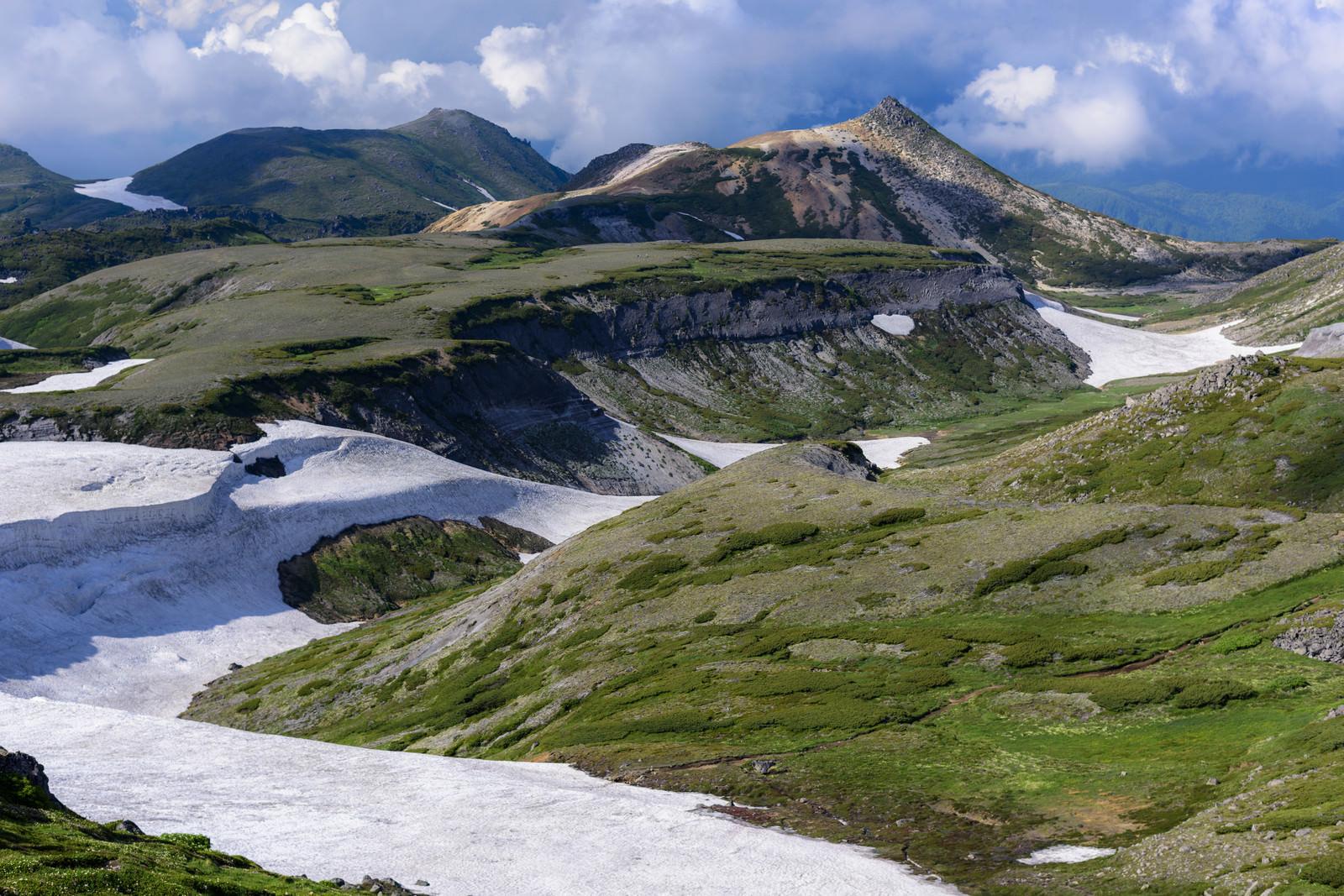 「大雪山の割れた大地と雪渓」の写真