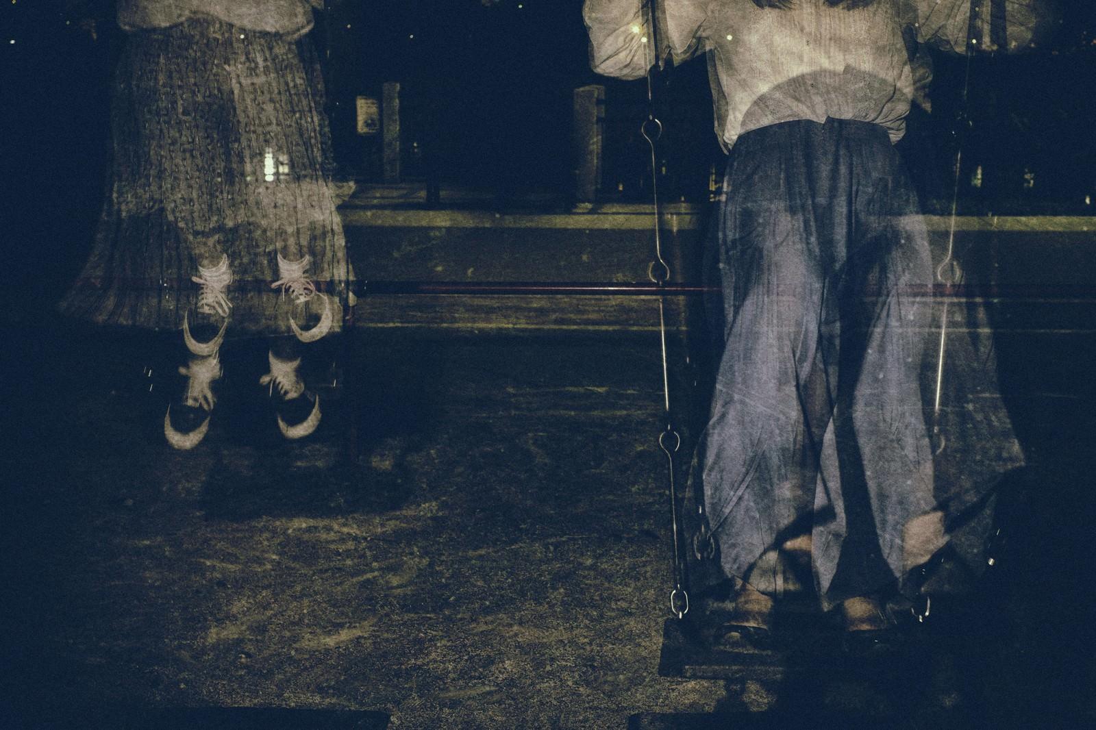「残像とブランコ | 写真の無料素材・フリー素材 - ぱくたそ」の写真