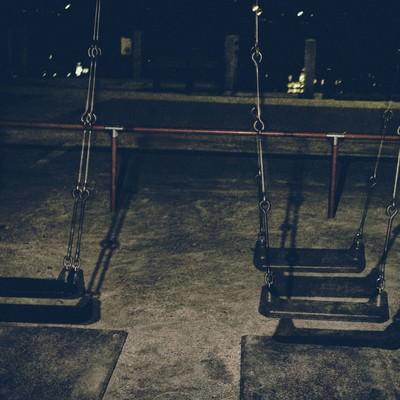 「深夜の公園のブランコ」の写真素材