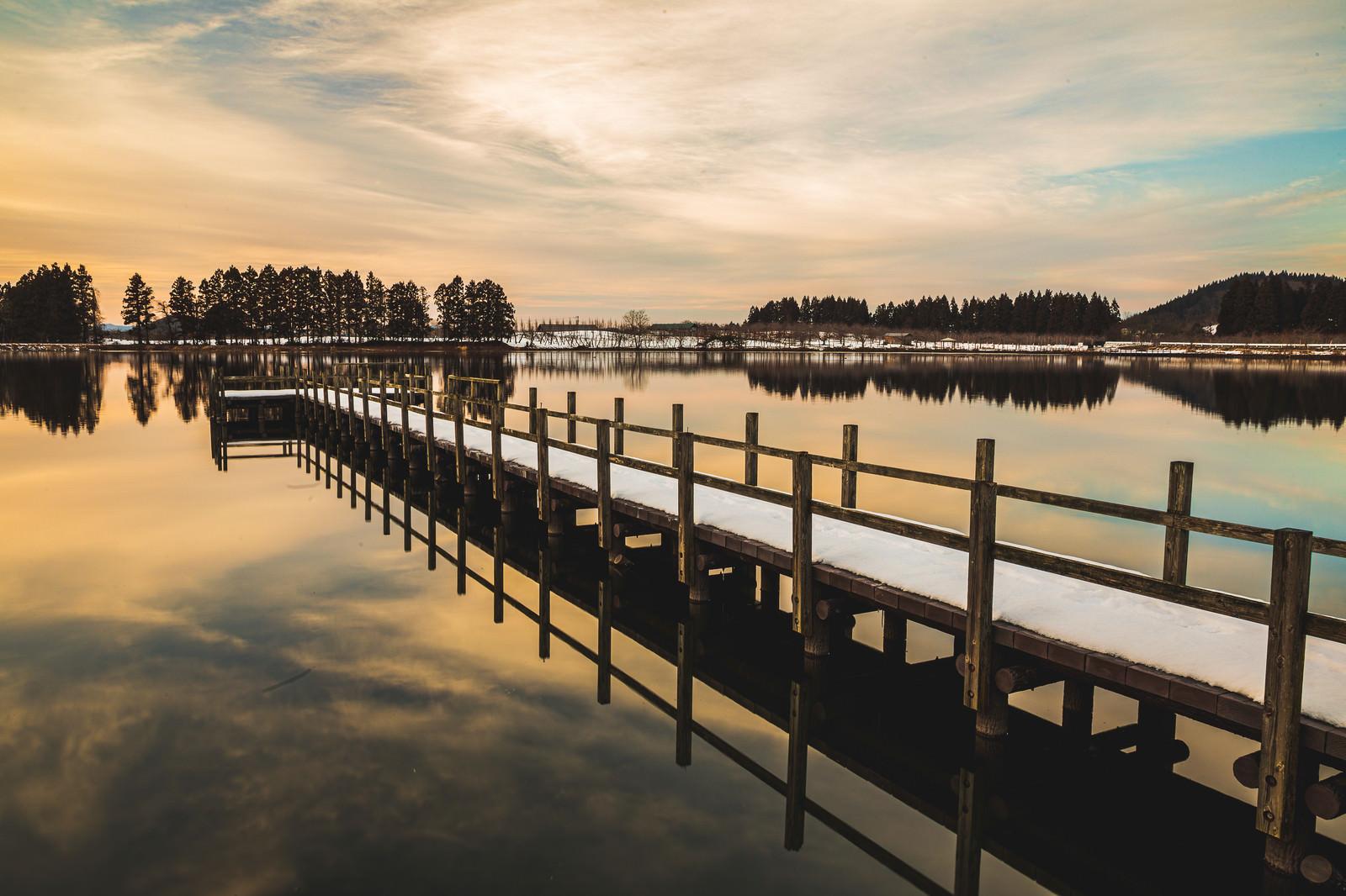 「夕焼けに染まる湖面と桟橋」の写真