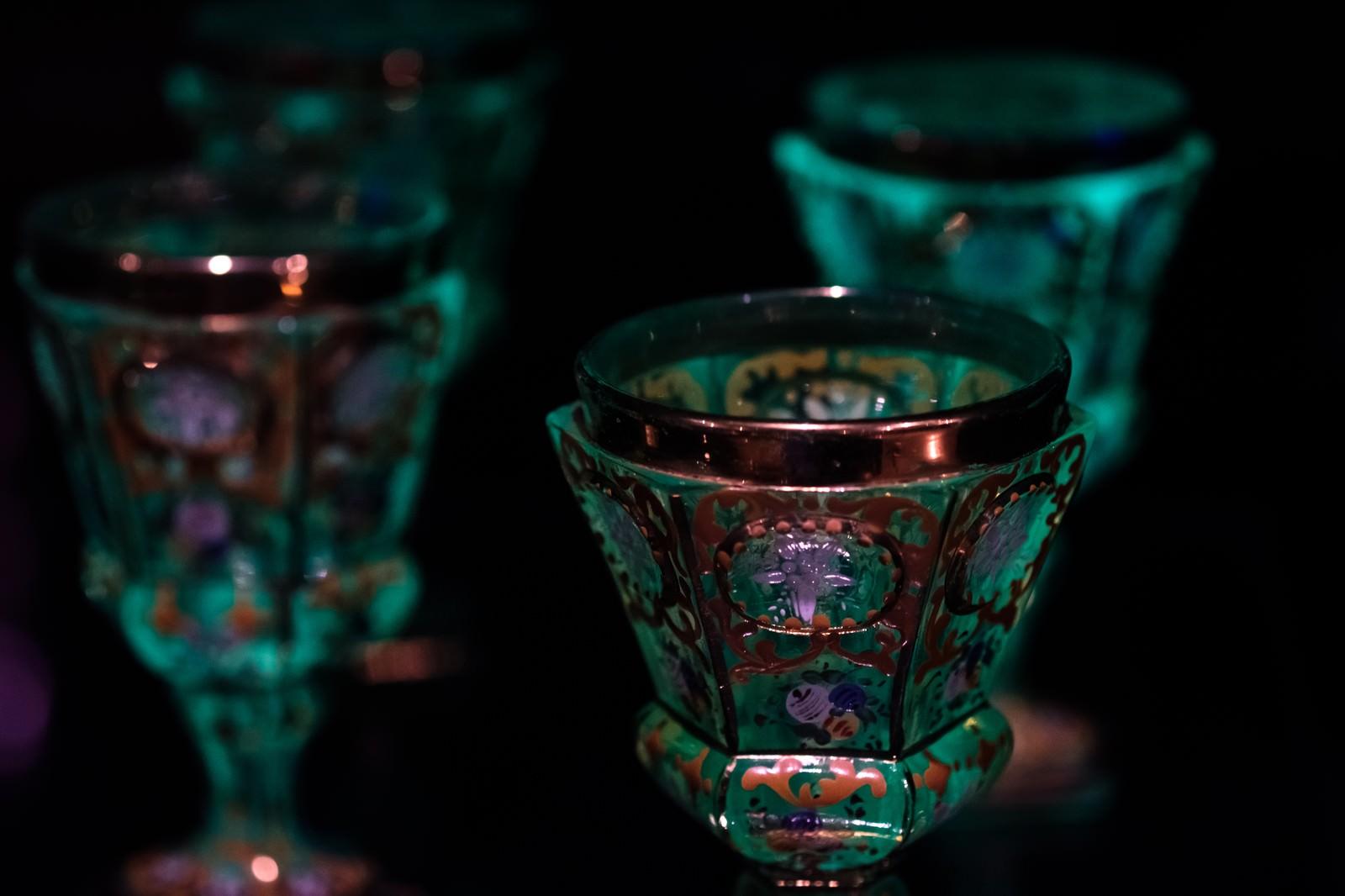 「ロシア皇帝が使っていたとされる、ウランガラスのゴブレット」の写真