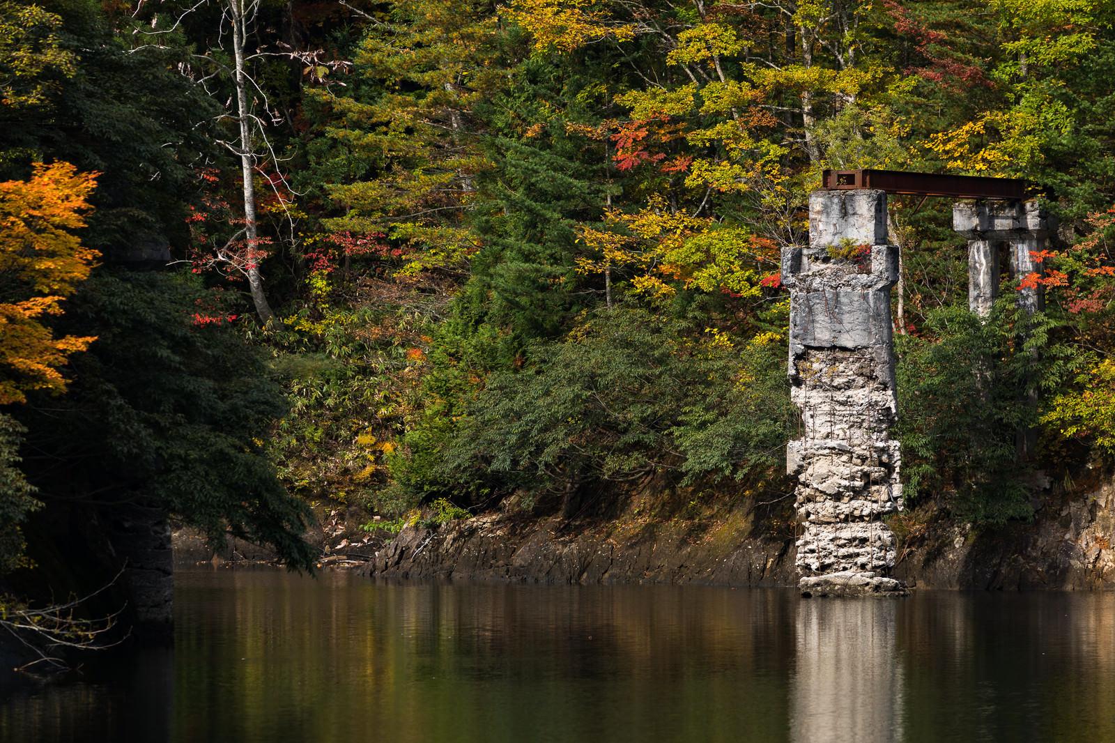 「朽ちた森林鉄道の橋脚と小又峡(秋田県北秋田市)」の写真