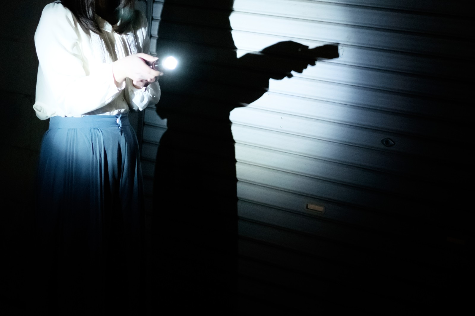 「懐中電灯ひとつで夜廻り懐中電灯ひとつで夜廻り」[モデル:さとうゆい]のフリー写真素材を拡大