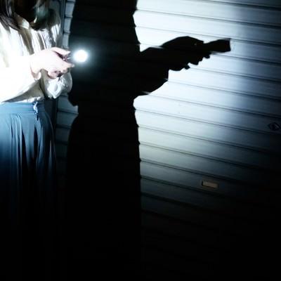 「懐中電灯ひとつで夜廻り」の写真素材