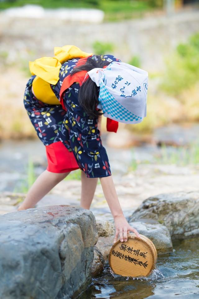 「足踏み洗濯で温泉のお湯を使う」のフリー写真素材
