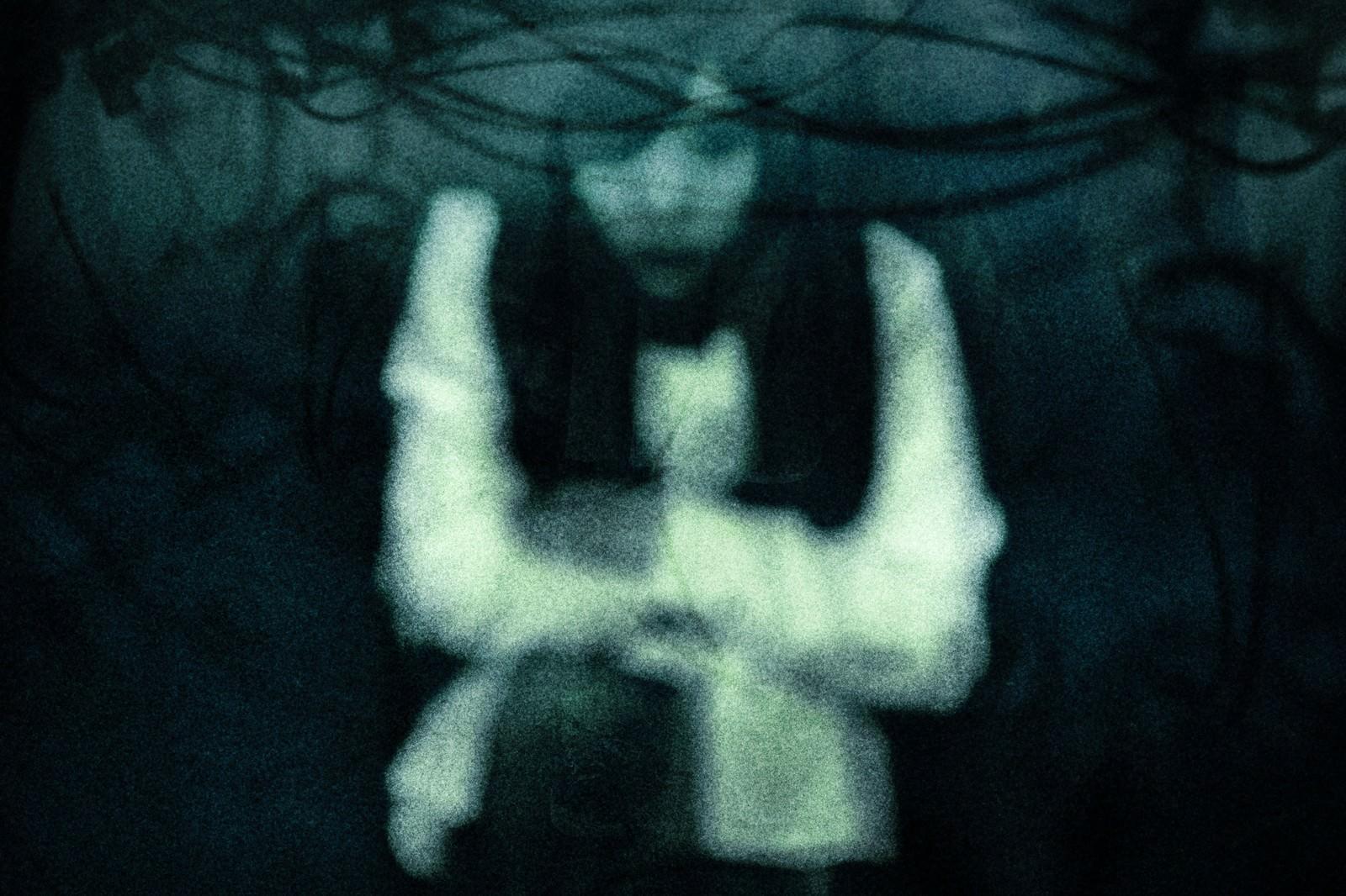 「幽霊ですが質問ある?」の写真[モデル:河村友歌]