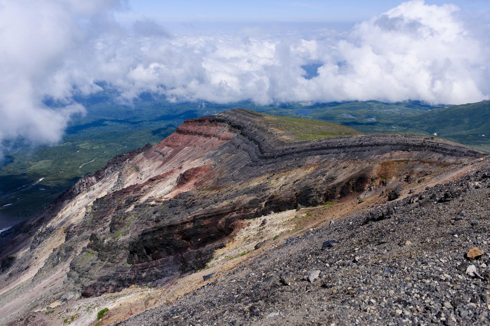 「旭岳のえぐれた大地」の写真