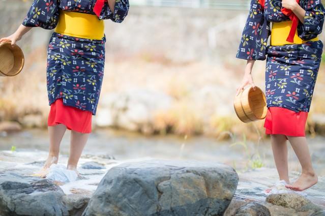 「2人で仲良く足踏み洗濯(鏡野町観光)」のフリー写真素材