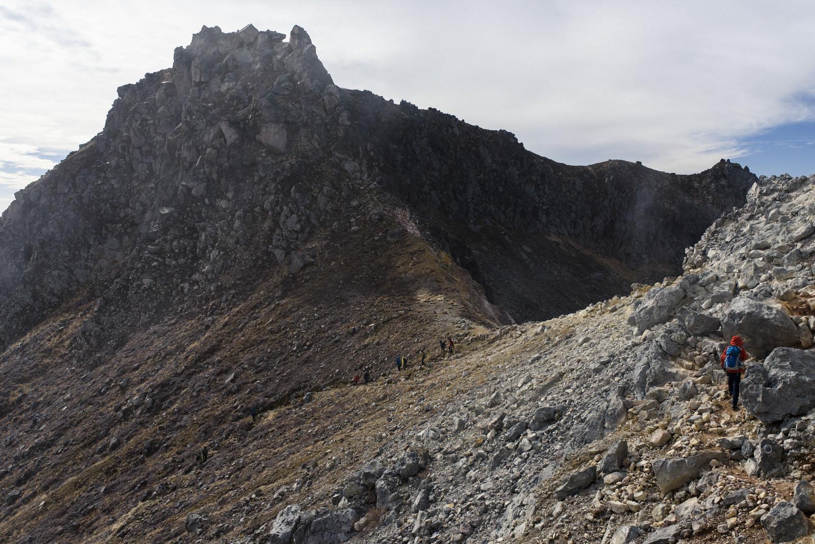 「焼岳山頂を歩く登山者」の写真