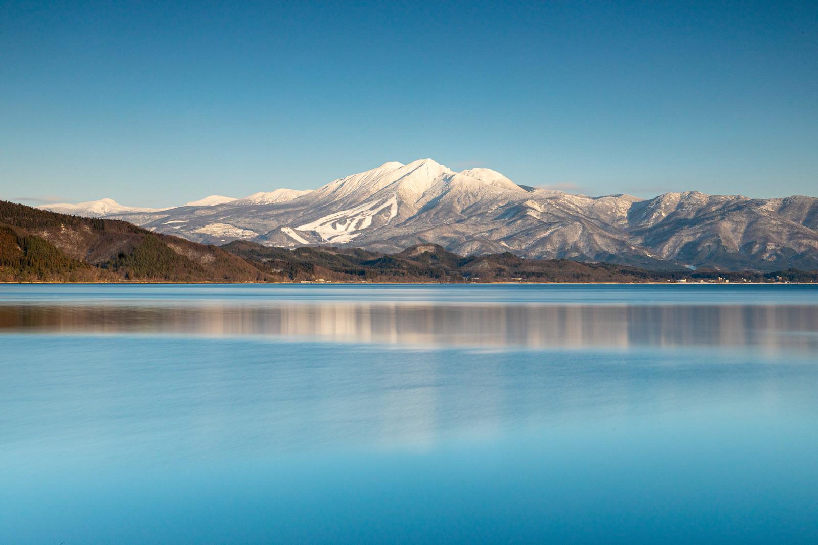 「雪化粧の秋田駒ケ岳と田沢湖(秋田県仙北市)」の写真