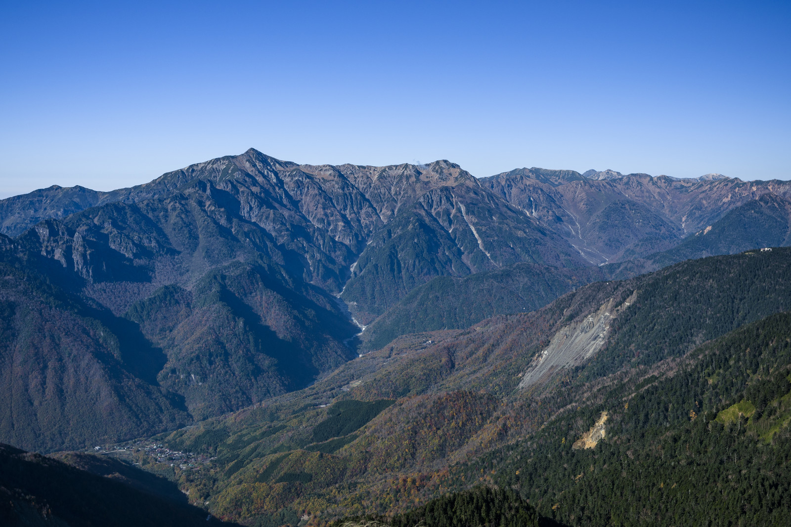 「長大な笠ヶ岳稜線を望む」の写真