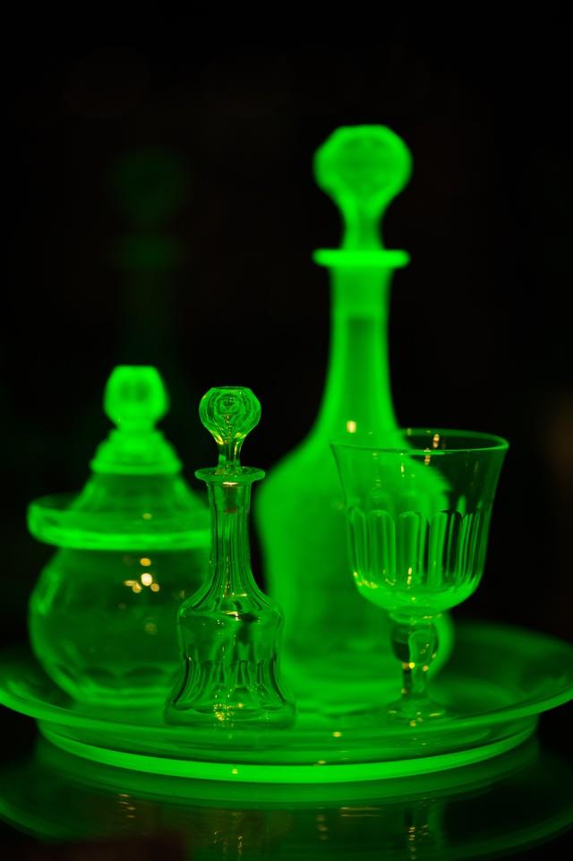 紫外線が当たると綺麗な蛍光緑に発色するウランガラスの写真