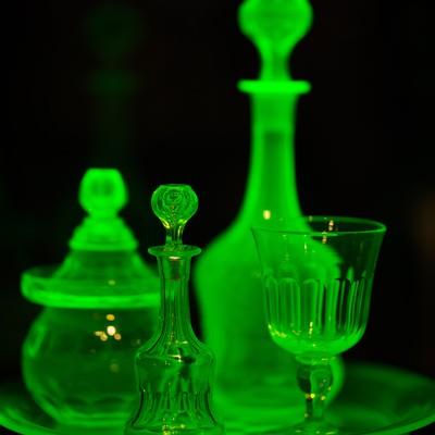 「紫外線が当たると綺麗な蛍光緑に発色するウランガラス」の写真素材