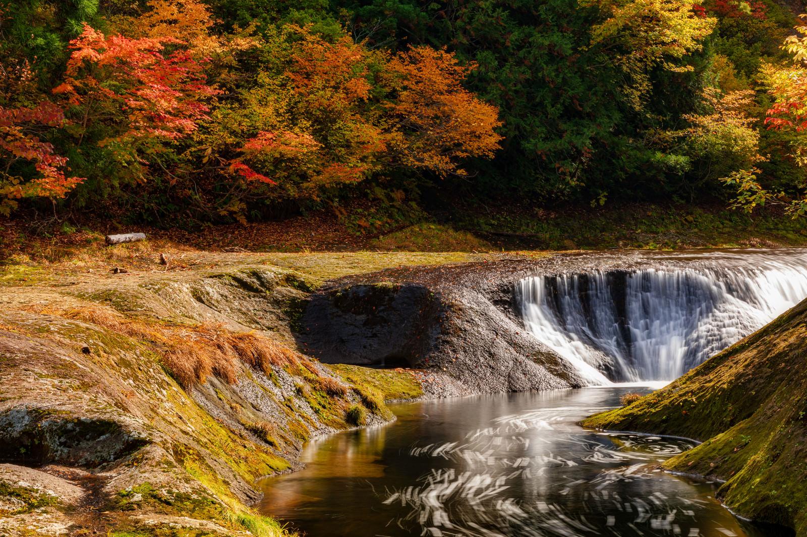 「秋の紅葉と小又峡(秋田県北秋田市)」の写真