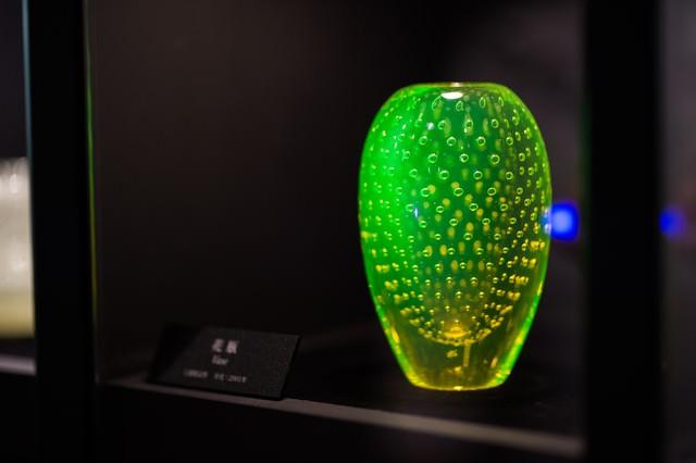 美しく光る花瓶(妖精の森ガラス美術館)の写真