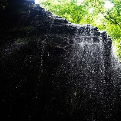 「しぶきが眩しい新緑期の岩井滝」の写真素材