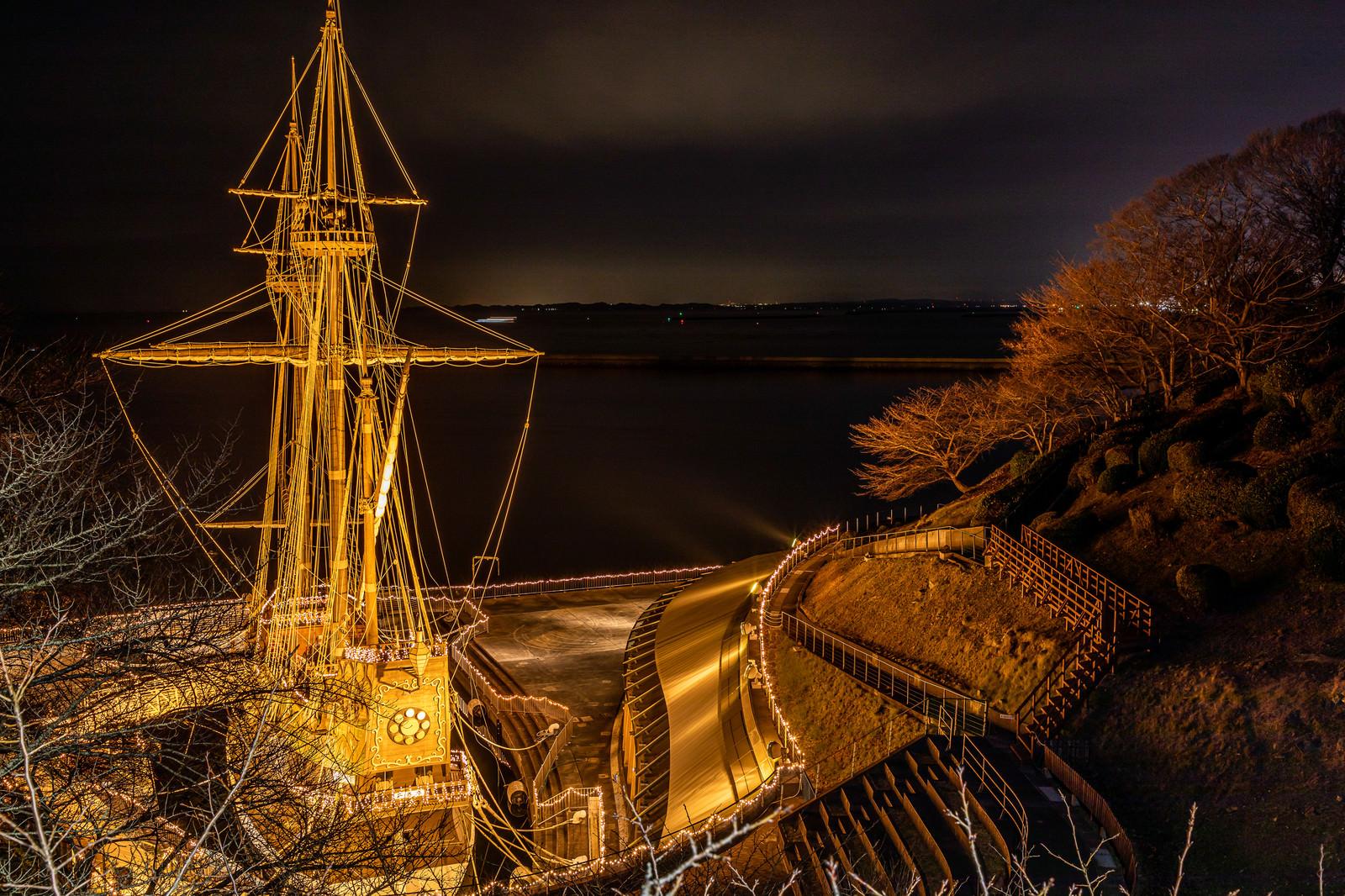 「ライトアップされた復元船(宮城県石巻市)」の写真