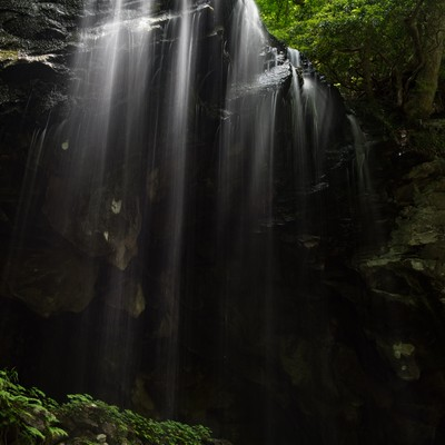 「裏見の滝とも呼ばれる岩井滝」の写真素材