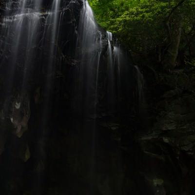 「岡山県鏡野町の裏見の滝、岩井滝」の写真素材