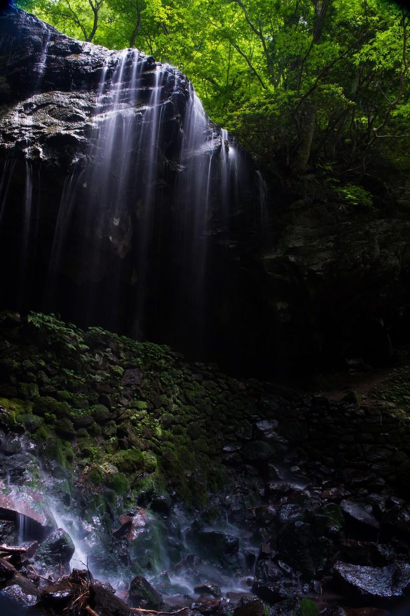 「岩井滝と新緑(岡山県鏡野町6月)」の写真