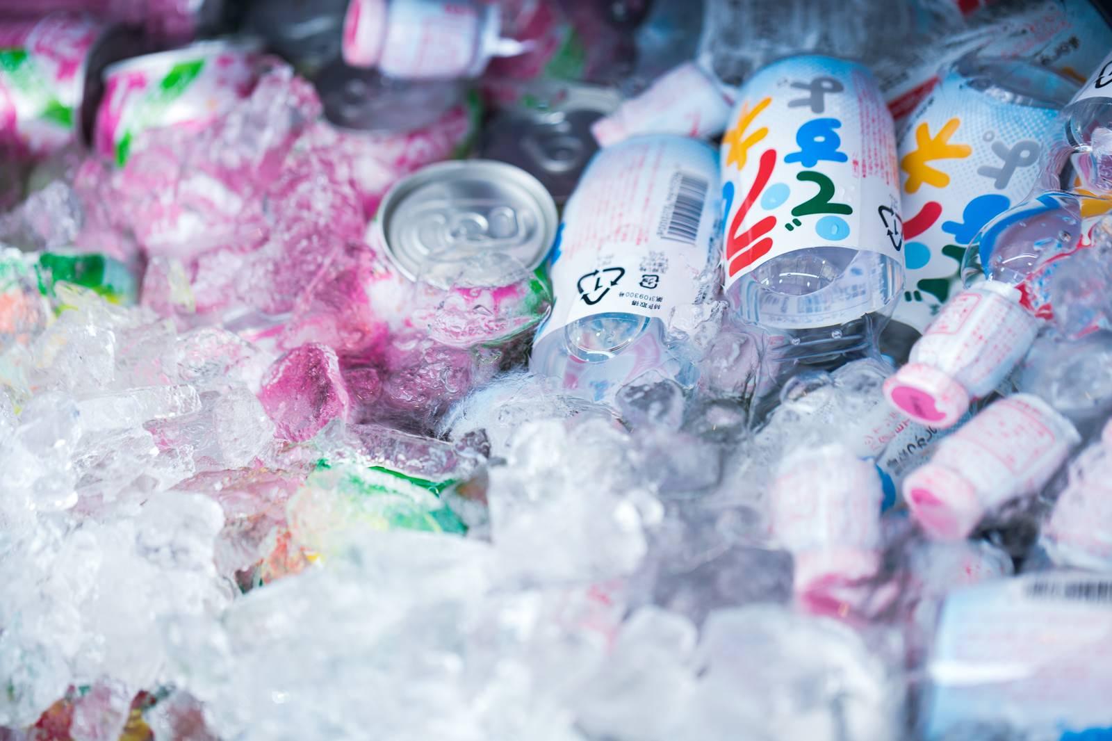 「氷で冷やされたジュース類(ラムネ)氷で冷やされたジュース類(ラムネ)」のフリー写真素材を拡大